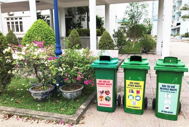 Thùng rác nhựa đặt tại khuôn viên nhà trường