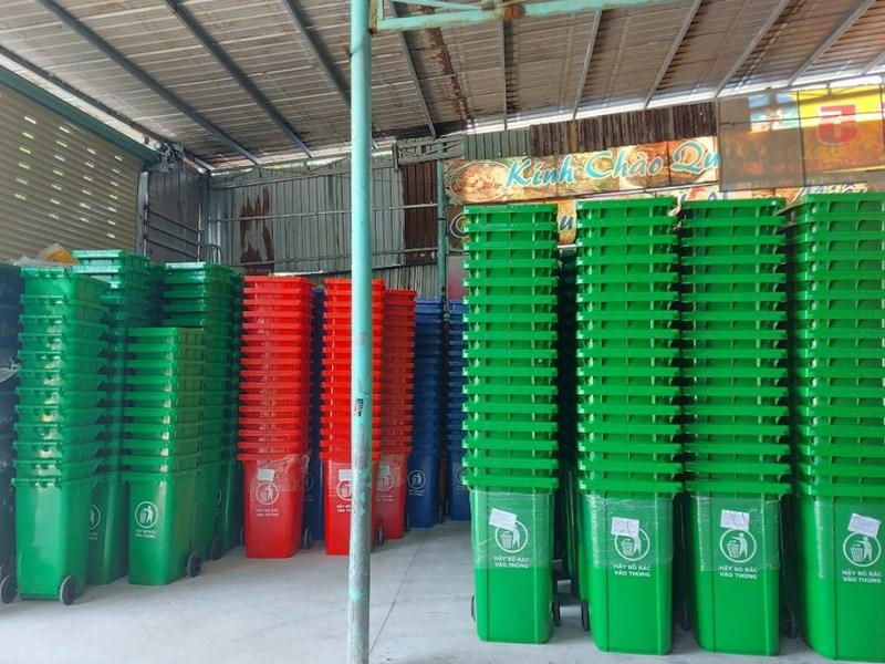 Thùng rác nhựa công nghiệp 240 lít được thiết kế với 2 bánh xe cao su
