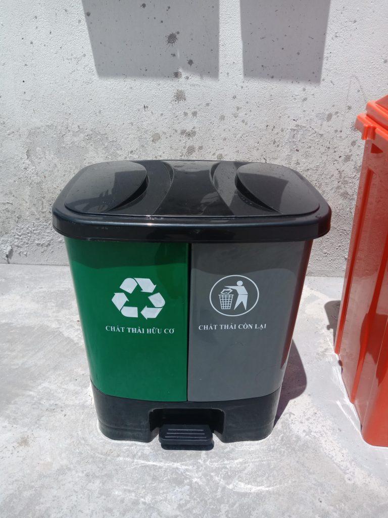 Thùng rác 2 ngăn để phân tách các loại chất thải với nhau