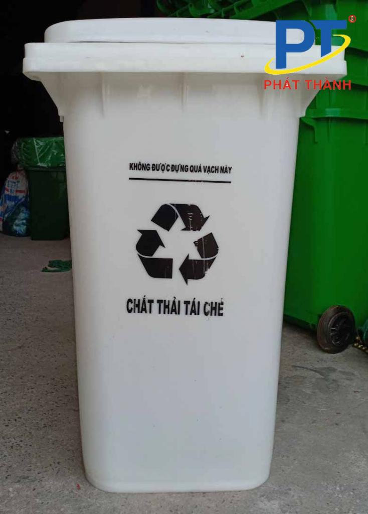 Thùng rác tái chế màu trắng được sử dụng trong khuôn viên bệnh viện