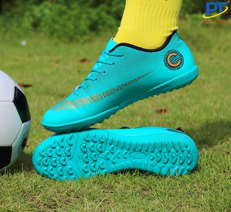 Giày bóng đá làm từ nhựa TPU