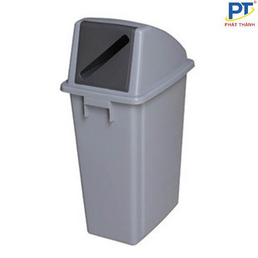 Thùng nhựa đựng rác bị dính vào nhau khi được xếp gọn lúc không được sử dụng